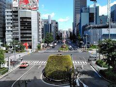 「東京駅(八重洲口)」 東京駅の八重洲中央口から、ずっと東へと向かう大通りです。 長距離バスの発着所もあるし、両側のビルには、様々な都道府県のアンテナショップもあります。 道路の真下は「八重洲地下街」があるし、地下駐車場もあります。 八重洲口を出たら、左手の北に向かって『街歩き』スタートしました!