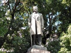 「渋沢栄一銅像」 新一万円札の肖像にもなる渋沢栄一の大きな銅像です。 東京駅八重洲北口から近いです。 日本橋川に架かる常盤橋のたもとにある常盤橋公園内で、日本橋の方向を見て立っています。
