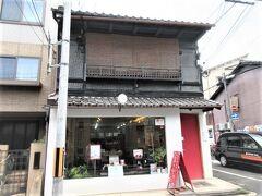 二条若狭屋の斜め前に、「京乃雪」の化粧品店があります。  京土産によーじやのあぶら取り紙だけでなくコスメも人気で頂きますけど・・ こちらがレアなのでよいかな・・マッサージクリームが人気です。