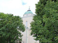 さて、スオメンリンナ島の中を進んでいきます。  門をくぐってまず最初に現れたのは、スオメンリンナ教会(Suomenlinnan kirkko)。  かつてフィンランドを支配していたスウェーデンによってこの島に要塞が築かれたのは1748年ですが、ロシア・スウェーデン戦争(1808-09年)を経てフィンランドがロシアの宗主下に移った後の1854年、ロシア正教の駐屯地教会としてこの島に教会が建設されます。  そしてロシア革命後の1917年12月にフィンランドが独立すると、この教会もフィンランドにおいて多数派であるルター派の教会に。  以後、この島における唯一の教会として、島に住む約800人の住民にとっての信仰の場であり続けています。  【スオメンリンナ要塞HP~スオメンリンナ教会】 https://www.suomenlinna.fi/ja/kavijallejapani/nahtavyydetjapani/