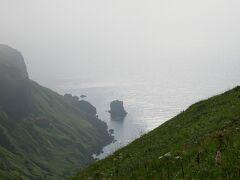 遠くに猫岩が見える。