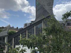 広場に立つジャンヌ・ダルク教会Église Jeanne d'Arc。外観は海をイメージしている。12時から14時は昼休みのため閉まっていました。
