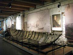 11時20分、その橋の袂にあったビジターセンター兼博物館に入館(7ユーロ=約840円のところ、ヘルシンキカードで無料)。  内部には、スウェーデン時代の木造船の遺構など、この島に関わる歴史的遺物が、それほど数は多くないものの、フロア一面に展示されています。