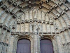 聖バーフ教会入り口  ツアーで訪れた時は外観を眺めるだけだったので、入るのは初めてです。