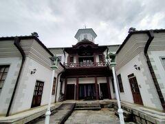 日牟礼八幡宮の入口の鳥居の目の前にある白雲館は、近江商人のまちの学校として、明治10年に八幡東学校として建てられました。