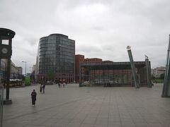 ポツダム広場(Potsdamer Platz )です。Uバーンの入口があります。 「ポツダム宣言」で有名なポツダムはベルリンの西、 電車で30分程の所にあります。 「サンスーシー宮殿」があり、ベルリンの観光後に訪れます。