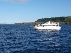 知床岬。クルーザーはドルフィンIII。知床岬の向こう側に見えているのは国後島。クンネ=黒、シリ=島・山。
