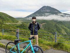 知床横断道路の最も高い場所で羅臼岳を背景に記念撮影。