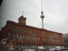 ベルリンテレビ塔が見えて来ました。手前は「赤の市庁舎」です。 1861~69年にルネサンス様式で建てられた市庁舎で、空襲により破壊、 1951~56年に再建されました。 再建当時は旧東ドイツの行政機関として利用され、東西統一後 1991年に、西ベルリンの施設も移転して、一つになりました。