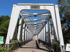 夏も終わりとなる8月24日、道内は季節はずれの好天となり気温も上がり、地元近郊の十勝岳を目指しドライブしました。まず、最初に立ち寄ったのは白金の白ひげの滝です。入口ブルーリバー橋の脇に車を停めて、歩きます。