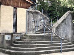 こちらの階段を登って温泉へ。自然を感じる作りになっていて、気持ちよかった。飲食店や雑貨屋さんもあるので、だいぶ長く過ごせる場所です。