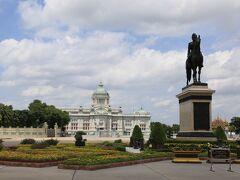ラマ5世騎馬像とアナンタサマーコム宮殿前の広場
