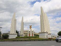 民主記念塔 デモをする時によく見る場所だと思いますが、日曜午後は交通量も少なく平和