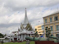 バンコクの市の柱 ラックムアンの外観 参拝客も少ない