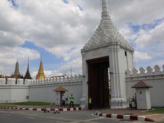 王宮エメラルド寺院前の入り口  この門までの間は工事中 またこの先に進むのは不可 近くからの写真撮影禁止となってます。