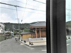 京都市街を北へ北へ、周山街道の車窓の景色が珍しい。 細木数子さんのお寺のような超豪邸の前を通ります。