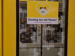 ベルリン市内の地下鉄。ブランデンブルグ門の模様の窓ガラスは2年前に見ましたが、この黄色のシール「乗車はマスクを着けて!」が新しいですね。