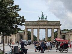 ブランデンブルグ門。かすかに門の向こうに勝利の塔の金色の翼が光って見えます。