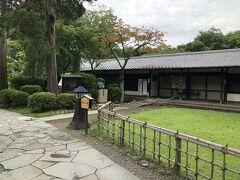城内にある小諸市立藤村記念館です。  1899(明治32)年から1905(明治38)年までの6年間、国語と英語教師として赴任し、ここで結婚し家族を持った小諸ゆかりの小説家島崎藤村を記念して建てられた博物館です。  ここも9月12日まで休館でした。