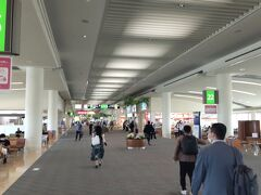 【OKA】 なんとなく懐かしさを感じてしまう空港 サイズ的には【SAN】を思い出してしまった。 外国人がいない空港って日本の地方空港に来た感じ。 でもOKAは国際空港です。