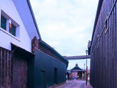 竹駒神社と越のむらさきの間を過ぎると、現 れるストーン!とした通りが「旧三国街道」。 そのまま最初の十兵衛小路につきあたり、 R370沿いの駐車場に戻ります。