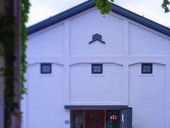 駐車場向かいにある「吉乃川」です。 酒造の歴史としては、新潟県で最も古く460余 年を誇る蔵元です。写真はその醸蔵です。