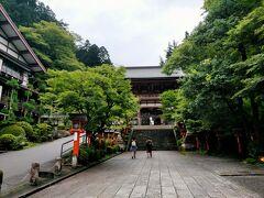 大雨の土砂崩れで京阪電車が止まったまま、長らく復旧していないため、京都国際会館からバスで鞍馬寺へ向かいました。 この門をくぐった先で入山料300円払います。 入山料???  ・・・この意味が分かったのは奥の院から貴船神社に山の中を抜けた時でした。