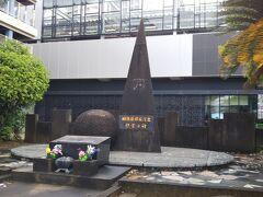浦上駅到着。原爆死没者の国鉄職員の慰霊碑。