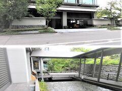 ◆リッツ京都◆ 地下鉄東西線市役所前駅から、京都ホテルオークラ(かつての京都ホテル)の前を通り・・リッツが遠い。川沿いのはず・・二条通りを歩いたら、建物が少し奥まっていて低層だから、見つけにくい。フジタの時はどうだったかな? 京都で四条三条は歩くけど、北の二条ってご無沙汰しているから新鮮な景色。  暗い駐車場から入りました。マセラッティやポルシェなど1000万越え車達。 駐車場で名のると迎えに来てくれて、中水の流れる外通路を歩いて建物内へ。 二条通りから見たリッツの建物です。 ※エントランスはミツイの方が立派。