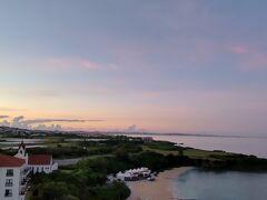 2日目の朝!  「おはよう」  旅行のビーチや海が見えるところに泊まるとなぜか早起きのTONYです。 今朝も例外なく日の出前のお目覚めです。 沖縄の空がだんだん明るくなり、 今日も晴れの予感! グアムの朝よりは湿度は低いですが、 やっぱりここは日本、蒸し暑さはあります。