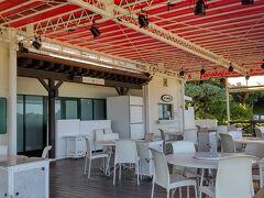ホテル日航アリビラのビーチにはこんなラウンジ? ちょっとした飲み物が飲めるのでいいです。 食べ物もあるようですが もしかしたらこの時期は営業休止しているかも?