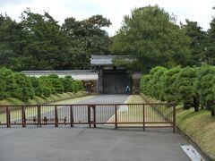 半蔵門が見えます。  今は皇室の皇居への通用門となっています。