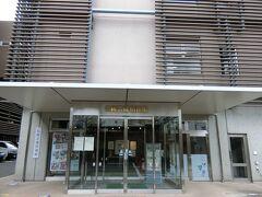 敷地内にある伝統芸能情報館  無料です。  中は撮影禁止。 歌舞伎で使われる衣装や小道具などが展示されていました。