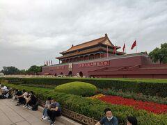 天安門広場へ。外国人はパスポートチェックなどがあって厳しい。広場は多くの観光客で賑わう。