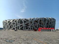 鳥の巣と言われるオリンピックのメインスタジアム。遠目からはキレイだが、近づくと案外ボロボロで目下補修中である。