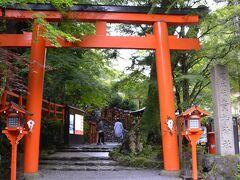 貴船神社は全国に2000社以上ある貴船神社の総本宮で、万物の命の源である水の神様を祀っています。  創建年代は不詳ですが1300年以上の歴史ある日本でも指折りの古社になります。