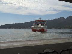 宮島口駅から宮島までフェリーを使って移動しました。フェリーはJR西日本が運転をしています。運賃は大人:180円,子供:90円です。宮島フェリーには土休日は多客ダイヤで運航、大鳥居沖の近くを通過する「大鳥居便」を毎日運航、バリアフリーの完備の三つの魅力があります。バリアフリー化のおかげで海上から大鳥居の景色を観ることが出来ます。(JR西日本宮島フェリー参照)フェリーでは自動車を航送する事が出来ます。(Wikipedia参照)