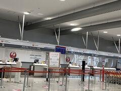 JALのカウンターも、出発便の90分前にオープン。 張り切って早く到着したけど、カウンターがオープンするまでは荷物も預けられず、不便です。 とにかく、ほとんどの便がキャンセルになっていて、午後2時過ぎの沖縄便のあとは、夜9時頃の東京行きのみ。 あとはフライトキャンセルなので、カウンターにも、人を配置して置けないのでしょうね。
