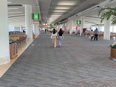 沖縄那覇空港着。 いつもなら、人が行きかっている空港のゲート付近も、この空きっぷり!  ちなみに、乗って来た飛行機には、全部で14人くらいのお客さんがいただけ。 CAさんは4人くらいだったかな。 至れり尽くせりでしたよ。