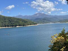 まっすぐ旭岳に向かう予定でしたが、途中きれいな湖が見えてちょっと寄ります。 10:30 ここは忠別湖、ダムもあります。