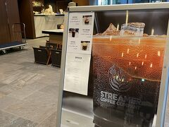 2F ロビーラウンジ兼のお洒落カフェバー『REVOLVER-Booze&Coffee-』へ ガラス張りのスペース、ソファーやベンチシートで寛いだり、大きなテーブルでPCされていたり~