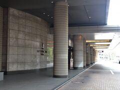 一ツ橋出口から約20分。 ニューピア竹芝の地下駐車場へ。  1泊3,000円。 B2階は混雑しているのでB3階がお勧め。  タイムズニューピア竹芝サウスタワー https://times-info.net/P13-tokyo/C103/park-detail-BUK0026718/