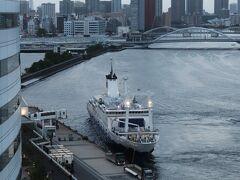 今回はデラックスフロアのリバービュー。 ちょうど、東海汽船のさるびあ丸が到着したところ。