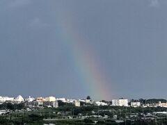 夕方になり急に遠くで雷が鳴りだしました。 通り雨のような雨が降り、その後虹が出ていました。