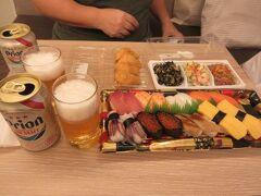 そして、2日目の夜はスーパーで買って来たものを、部屋でいただくスタイルになりました。  お寿司に、つまみのサラダ類とか。  ビールは、ラウンジでアルコールが出せない代わりに、冷蔵庫に入れておいてくれる、オリオンです。  毎日補充してくれるので、滞在中、お酒を買う必要がなかったのは嬉しかったです!  そしてこのころから、沖縄には台風が近づいてくる、ということで、明日からの予定を心配しながら、2日目終了。