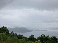 湖の中に浮かぶ大きな島が中島、観音島と弁天島はつながっています。その向こうに隠れているのが饅頭島です。
