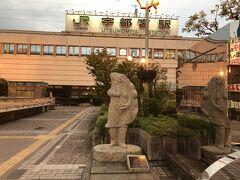 宇都宮に到着、ここでちょっと改札外へ。 お約束の餃子像を写真に収めて…