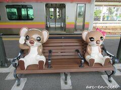 満腹になったところで、新潟駅から電車でお宿へ向かいます。 途中、新津駅で乗換。 新津駅のベンチでは、こんな可愛らしいリス?が見送ってくれました。  後日調べてみると、「SLばんえつ物語」号のキャラクター「オコジロウ」と「オコミ」だとわかりました(^^)。