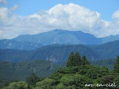 と~っても雄大な景色。 飯豊連峰がキレイに見えます。飯豊連峰の飯豊本山は、日本百名山のひとつだそう。  湯浴みして、お部屋で涼んで~を繰り返し、