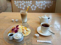 千葉県・舞浜『イクスピアリ』2F【Cafe Kaila】  ハワイアンカフェレストラン【カフェ・カイラ】舞浜店で いただいたものの写真。  〇 ココマンゴーパンケーキ 2,178円(税込) ココって苦手なココナッツ?(爆)マンゴーは大好物です♪ 〇 ホットティー 627円(税込) ティーポットでサーブされます。 イングリッシュブレックファーストでイマイチ。 〇 アイスラテ 627円(税込)